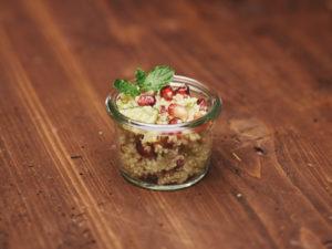 Scartezzini Catering Hall Quinoa-Salat mit Granatapfelkernen, Sellerie und Gurken