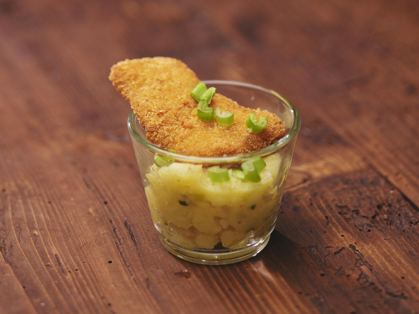 Schnitzel und Kartoffelsalat portioniert im Glas