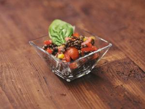 Scartezzini Catering Hall Schwarzer Linsensalat mit Paprika, Tomaten und Oliven